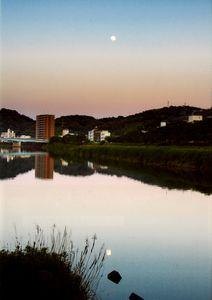 「月をながめる鏡川」