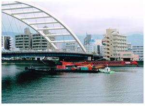 鏡川を行くクレーン船