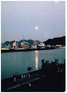 鏡川にうつるまん月