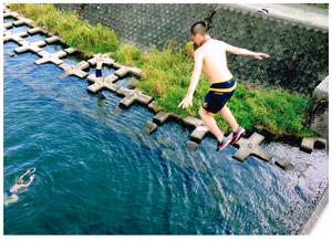 鏡川へダイブ!