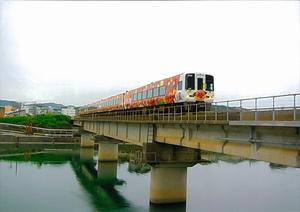 鏡川とアンパンマン列車