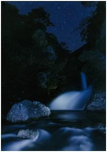 星がそそぐ滝